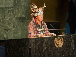 Tadodaho Sid Hill, chef de la nation des Onondaga, prononce un discours à la Conférence mondiale des peuples autochtones. Photo ONU/Mark Garten