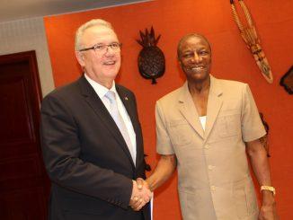 Alpha Condé, Président de la République de Guinée, Président de l'Union africaine et coordinateur de l'Initiative africaine pour les énergies renouvelables et Neven Mimica, Commissaire européen pour la coopération internationale et le développement.