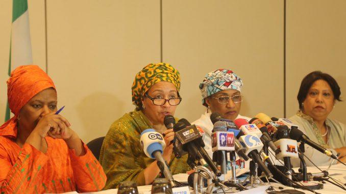 La Vice-secrétaire générale de l'ONU Amina Mohammed (2e à gauche), avec la Directrice d'ONU Femmes Phumzile Mlambo-Ngcuka, la Représentante spéciale du Secrétaire général sur la violence sexuelle dans les conflits, Pramila Patten, et la Ministre des affaires féminines et du développement social du Nigéria, Aisha Alhassan, à Abuja. Photo Lulu G.