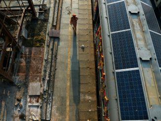 Trains équipes de panneaux solaires en Inde