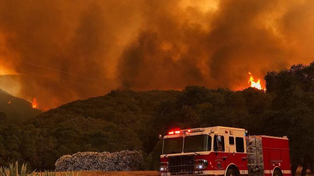 2 300 pompiers combattent des feux de forêt en Californie — Etats-Unis