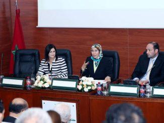 La secrétaire d'État chargée du développement durable, Nezha El Ouafi présentatnt l'étude CDE