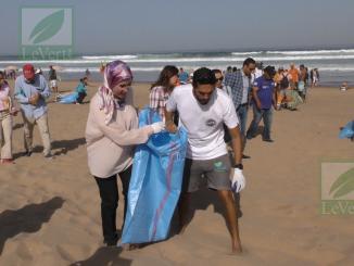"""السيدة نزهة الوفي، كاتبة الدولة المكلفة بالتنمية المستدامة في إعطاء الانطلاقة لحملة نظافة الشاطئ تحت شعار """"بحري دائما نظيف"""""""