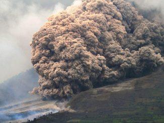 Indonésie: le volcan Sinabung à Sumatra crache un énorme nuage de cendres